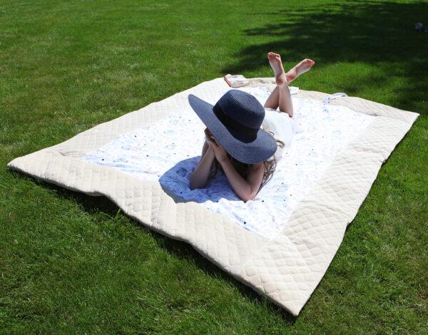 Picknickdecke für Kinder 135x170cm gesteppt Creme Farbe gemustert wasserabweisend mit Tasche fürs Handy